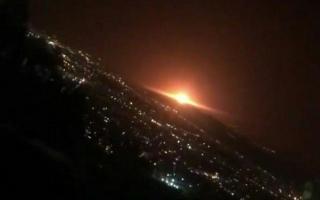 مشاهده نور عجیب در شرق تهران / سخنگوی وزارت دفاع: نور در تهران به خاطر انفجار مخزن گاز در منطقه عمومی پارچین بوده است