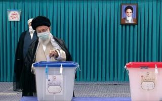 رهبر معظم انقلاب اسلامی رای خود را به صندوق انداختند